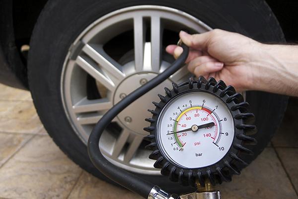 Le contrôle et le réglage de la pression des pneus